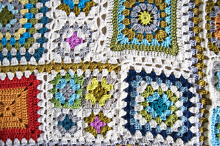 Grannysquareafghanfinisheddetail_small2