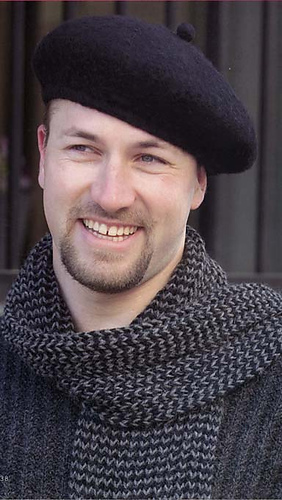 Black_beret_ans_scarf_medium