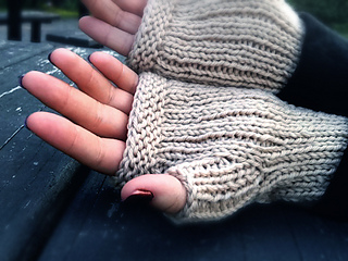 Cabled_handsies_shiri_designs_palm_small2