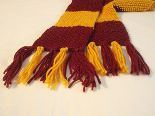 Knitted_gryffindor_scarf_closeup_fringe_small2