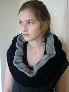 Cowl_ruffled_black_003_small2