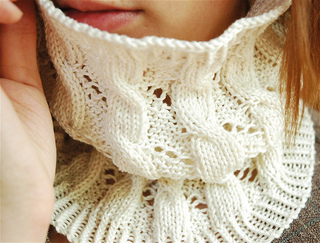 Cables_and_eyelets_cowl_2_small2