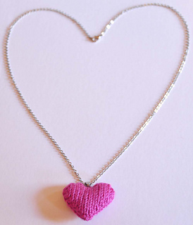 Knitted_heart_necklace_small2