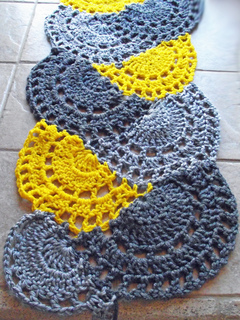 Yellow_and_grey_scalloped_arches_scarf_small2