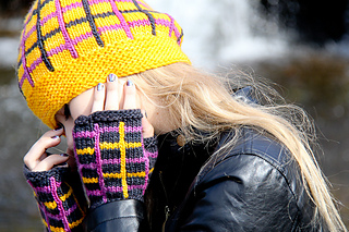 Tartania_hat_and_miits_by_the_waterfall_small2