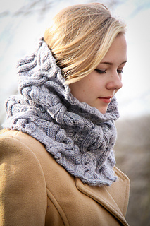 Chic_mega_cowl_side_view_the_knitting_vortex_small2