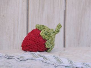 Knitted_strawberry_small2