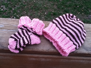 Girls_striped_hat___booties_small2