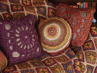 Plain_and_striped_circular_cushion_with_crochet_square_cushions_small2