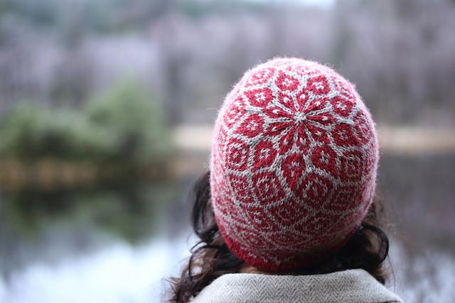 Patron de tuque au tricot Epistropheid par Kate Davies